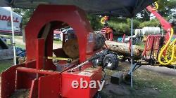 35 Tonnes De Bois De Chauffage Processeur De Bois Divisé Bois Coupé Bois. Est Entièrement Hydraulique