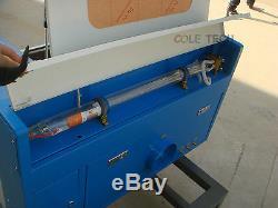 Toute Nouvelle Découpeuse De Gravure De Laser De Co2 De 60w Avec Le Dispositif Rotatoire Auxiliaire